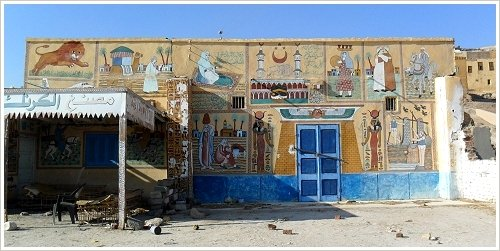 Hausfassade in Qurna, Luxor Westbank