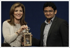 "Caroline Kennedy und Wael Ghonim bei der Verleihung des ""John F. Kennedy Profile in Courage Award"" in Boston"