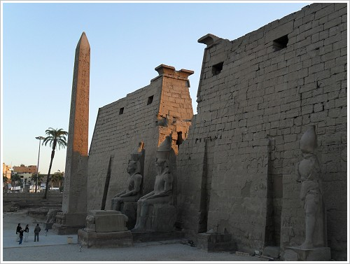 Luxor-Tempel - Statuen am Pylon